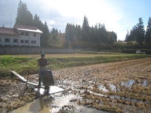 来年のお米のために田んぼ直し。砕石入れる。